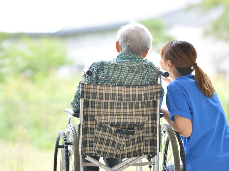 老人介護施設・テラスでくつろぐ母